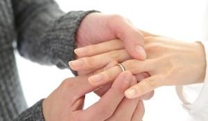 プロポーズする前に!婚約指輪を贈る男性が知るべき6のこと